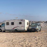 caravana-en-un-camping-cerca-de-la-playa-de-castillejo-en-fuerteventura-canarias_t20_N0L2Xn